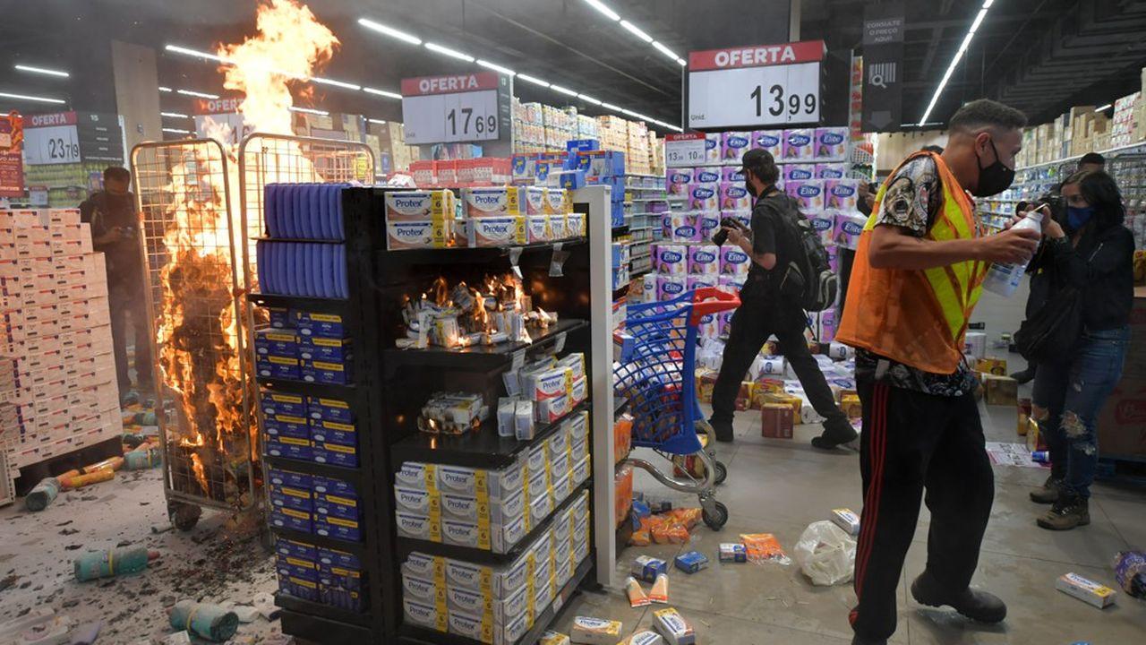 A São Paulo, des dizaines de manifestants ont brisé les vitres d'un magasin Carrefour, arraché les portes et ont pris d'assaut le bâtiment, renversant des produits dans les allées avant de se disperser.