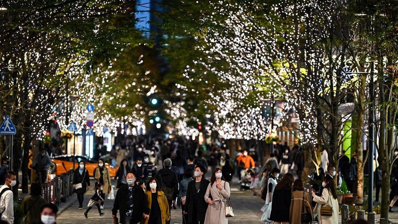 Les habitants de Tokyo portent le masques dans les rues alors que près de 2.500 nouveaux cas positifs chaque jour sont enregistrés dans le pays.