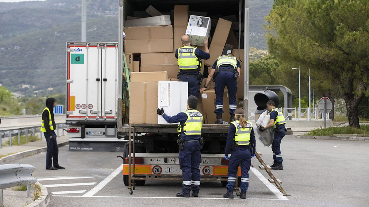 L'achat de produits de contrefaçons que des douaniers, comme ici, peuvent saisir est en recul en Europe selon l'EUIPO
