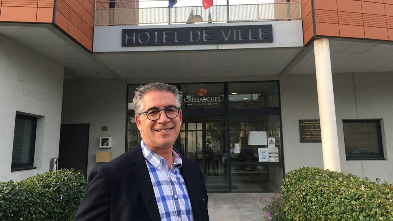 Olivier Fabregoul, devant la mairie de Caissargues, dont il est le nouveau maire