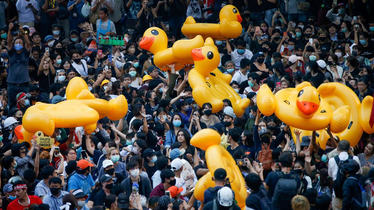Les manifestants du mouvement pro-démocratie utilisent des canards gonflables pour se protéger contre les canons à eau de la police.