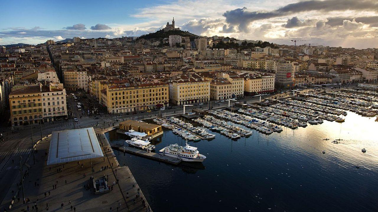 Marseille. Vue sur le Vieux-Port et sur la basilique Notre-Dame-de-la-Garde (la Bonne Mère).
