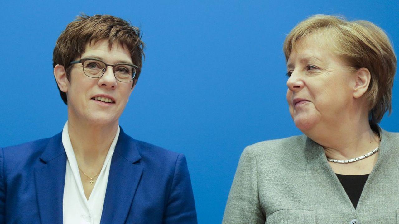 Annegret Kramp-Karrenbauer, la ministre de la Défense allemande (à gauche) et Angela Merkel, la Chancelière allemande (à droite).