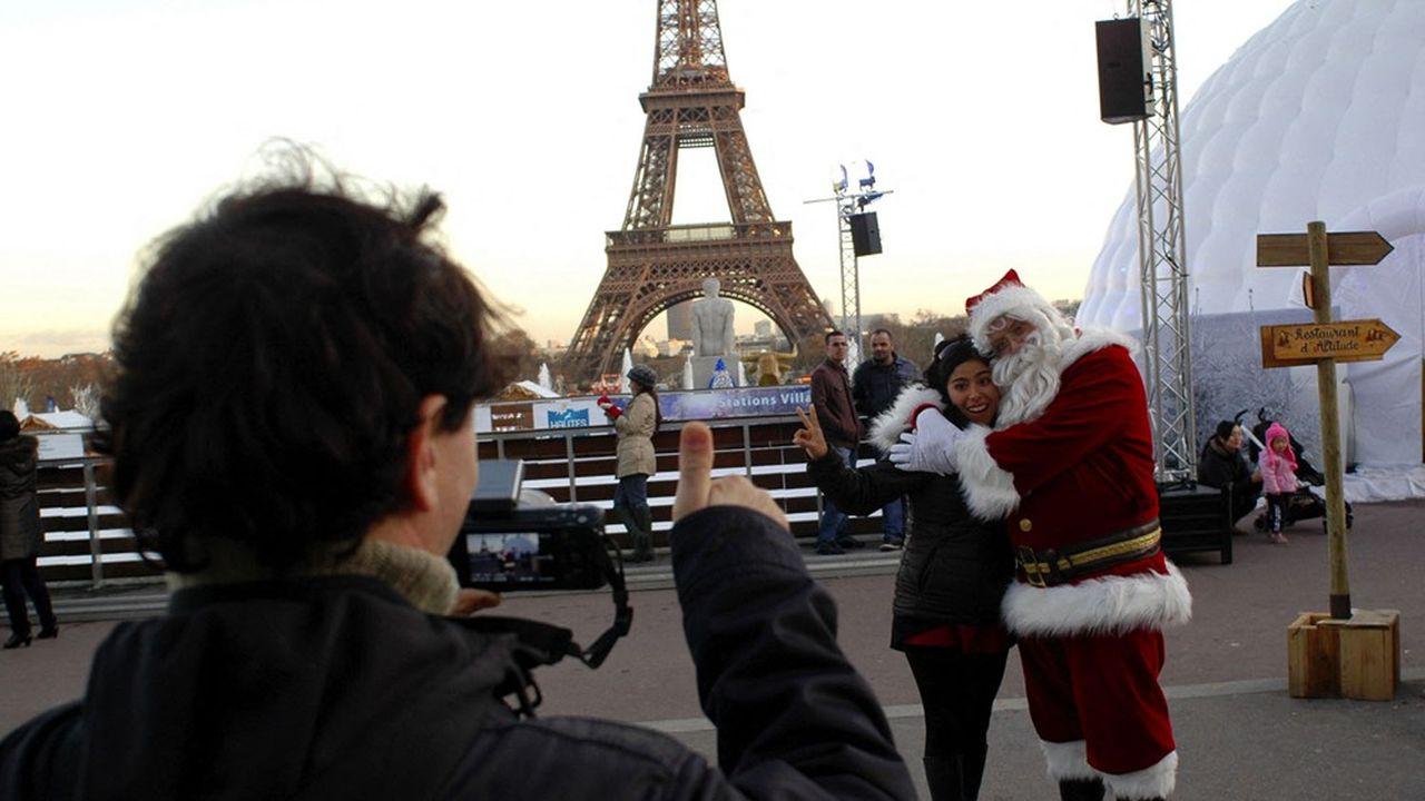 Un homme déguisé en Père Noël, à Paris, près de la tour Eiffel, en 2011.