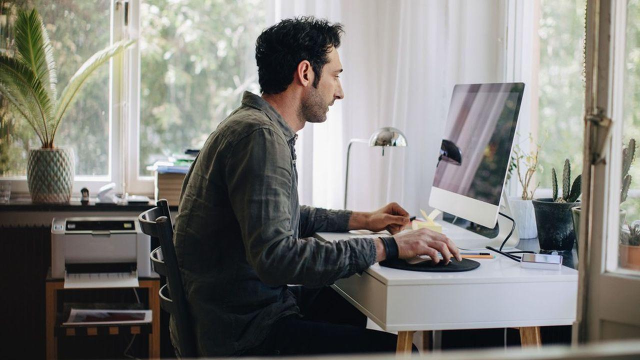 Travailler chez soi implique notamment de disposer des équipements informatiques nécessaires.