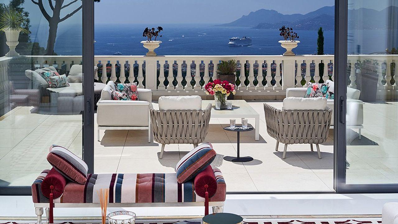 À Cannes, la villa Saint-Antoine, qui jouit, outre sa vue sur la baie, d'un spa et d'une salle de cinéma, est à saisir pour 25 millions d'euros.