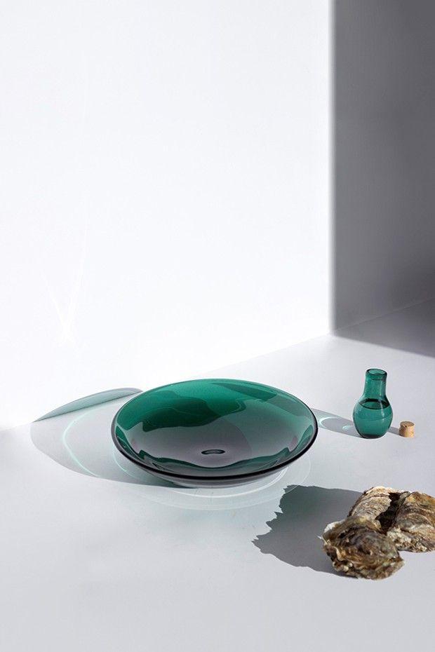 Lucie Viaud a créé avec Hugo Roellinger une gamme de contenants, dont cette assiette et cette fiole, conçus dans un verre à base de poudre de coquilles d'huîtres.