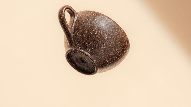 Kaffeeform fabrique des tasses et des mugs à partir de marc de café mélangé à de l'amidon, de la cellulose, du bois et des résines naturelles.