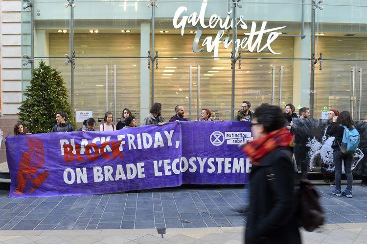 Des activistes manifestent contre le Black Friday.