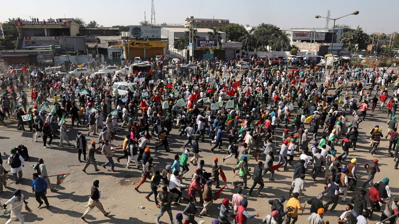 Des agriculteurs protestent contre la nouvelle loi sur leur secteur, près de Delhi, alors que le pays connaît une sévère récession