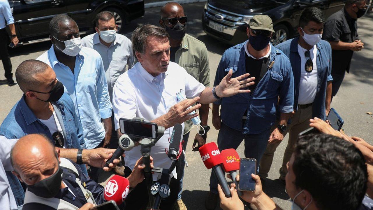 Jair Bolsonaro à la sortie d'un bureau de vote à Rio de Janeiro.