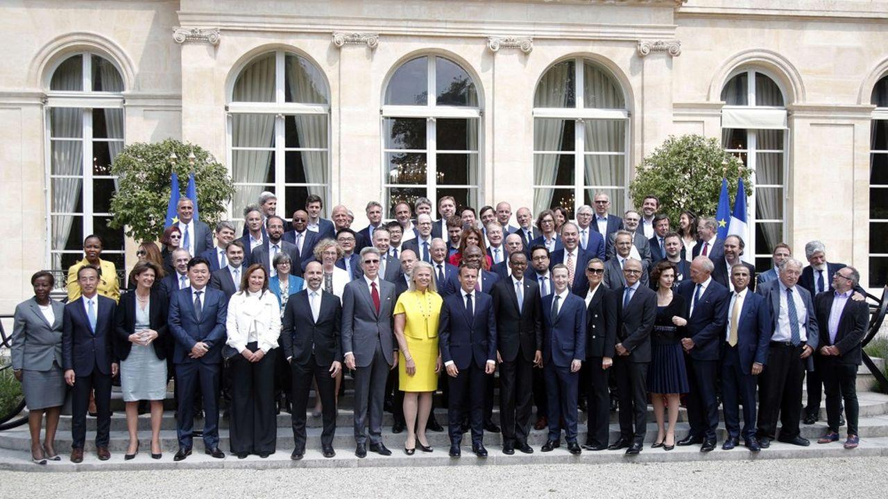 Le président de la République, Emmanuel Macron, entouré des patrons invités au sommet «Tech for Good» de 2018 à Paris.