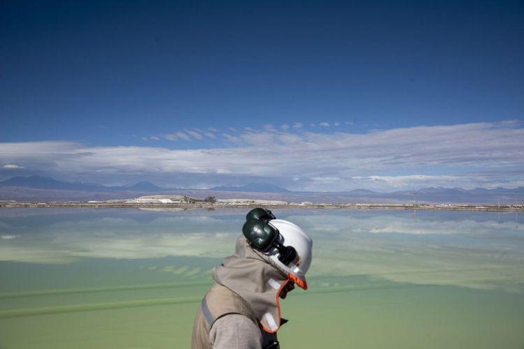 La mine de lithium de la SQM (Sociedad quimica y minera de Chile) dans le désert d'Atacama au Chili. Les trois-quarts du lithium mondial viennent du Chili et d'Australie.