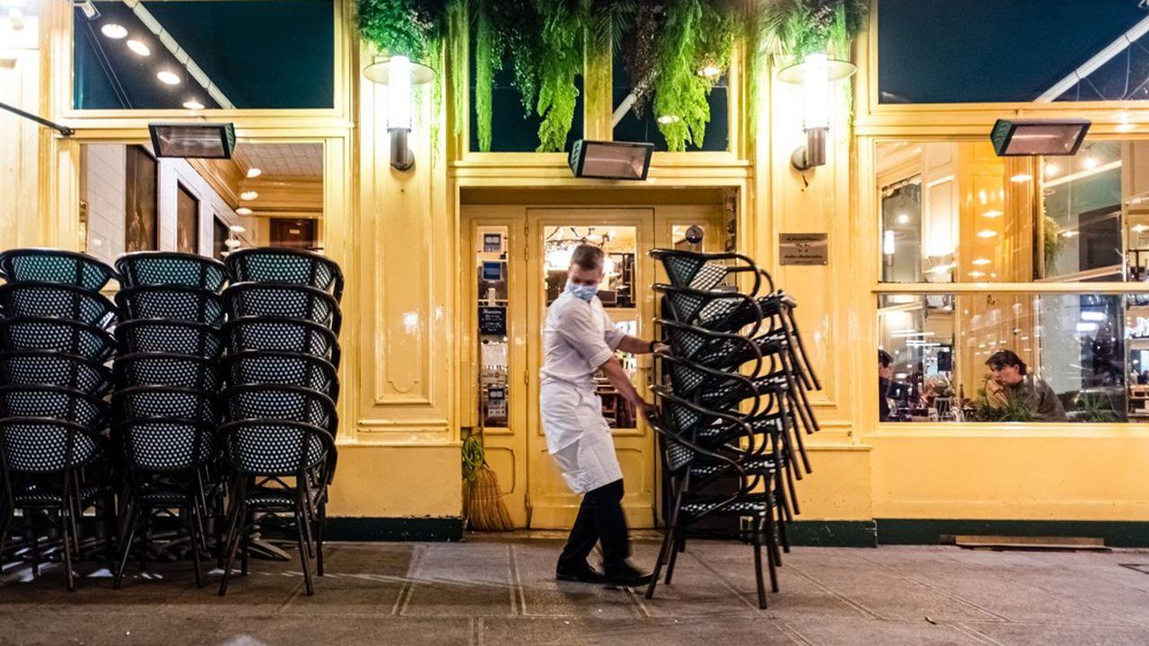 Dans l'hôtellerie-restauration, l'emploi marchand hors intérim a baissé de 12% au premier semestre 2020 par rapport à la même période de 2019.