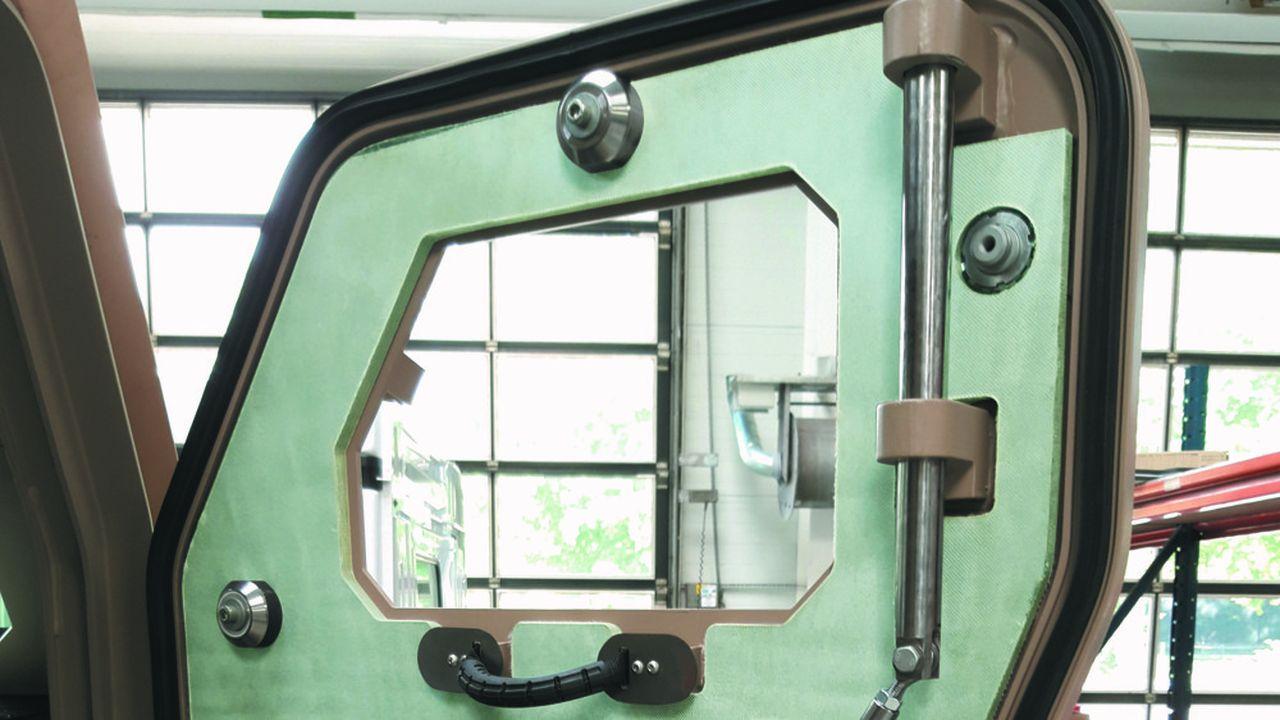 Le nouveau matériau composite de Tenexium installé dans une porte de camion militaire.