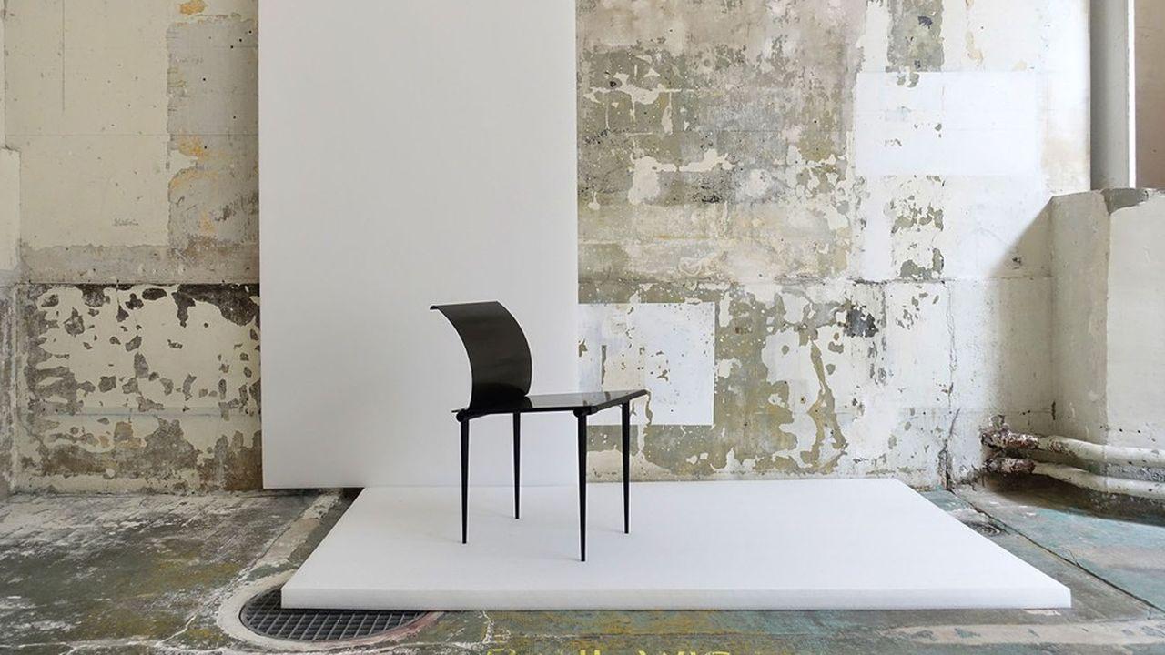 Martin Szekely, chaise Carbone, 1985, carbone, métal laqué h.73cm; l.38cm; p.56cm