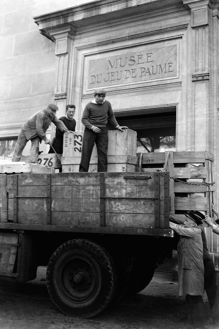 Octobre 1945. Les oeuvres d'art, sélectionnées par la Commission de récupération artistique, arrivent aux Tuileries en vue d'une future exposition.