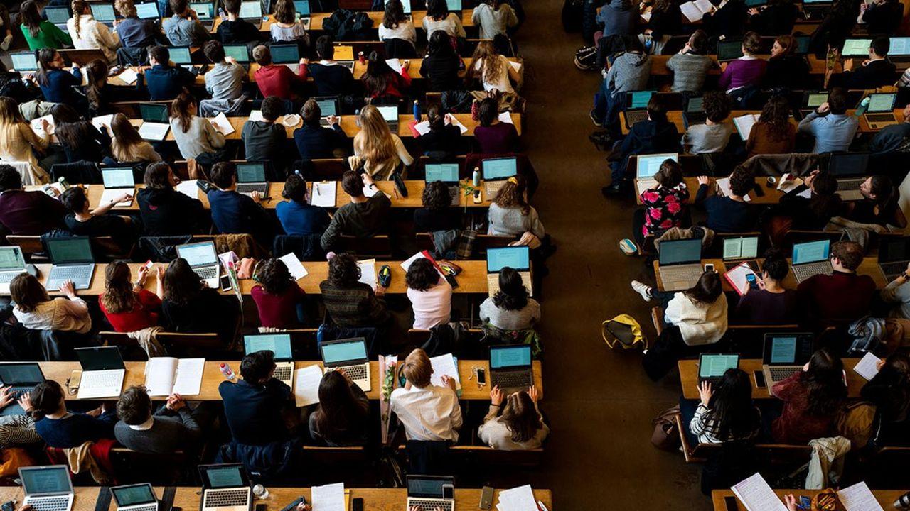 Pour David Goodhart, l'inflation scolaire, c'est-à-dire la production croissante de diplômés, est une machine à créer de la déception chez ceux qui en sont exclus.