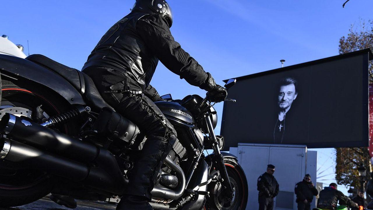 Les motards rendant hommage à Johnny, le 9décembre 2017 à Paris.