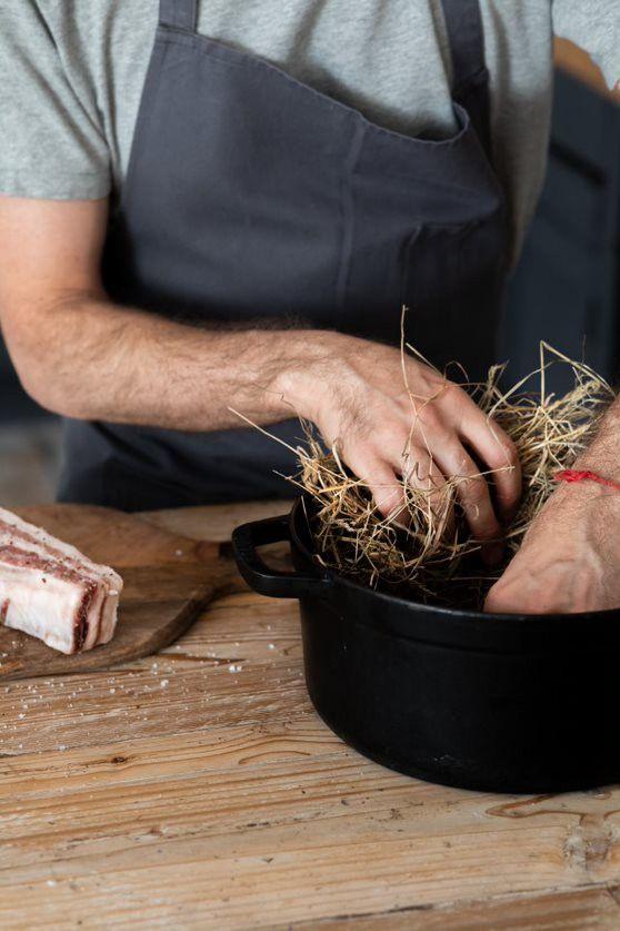 Antonin Bonnet, cuisson au foin de la côte de cochon.