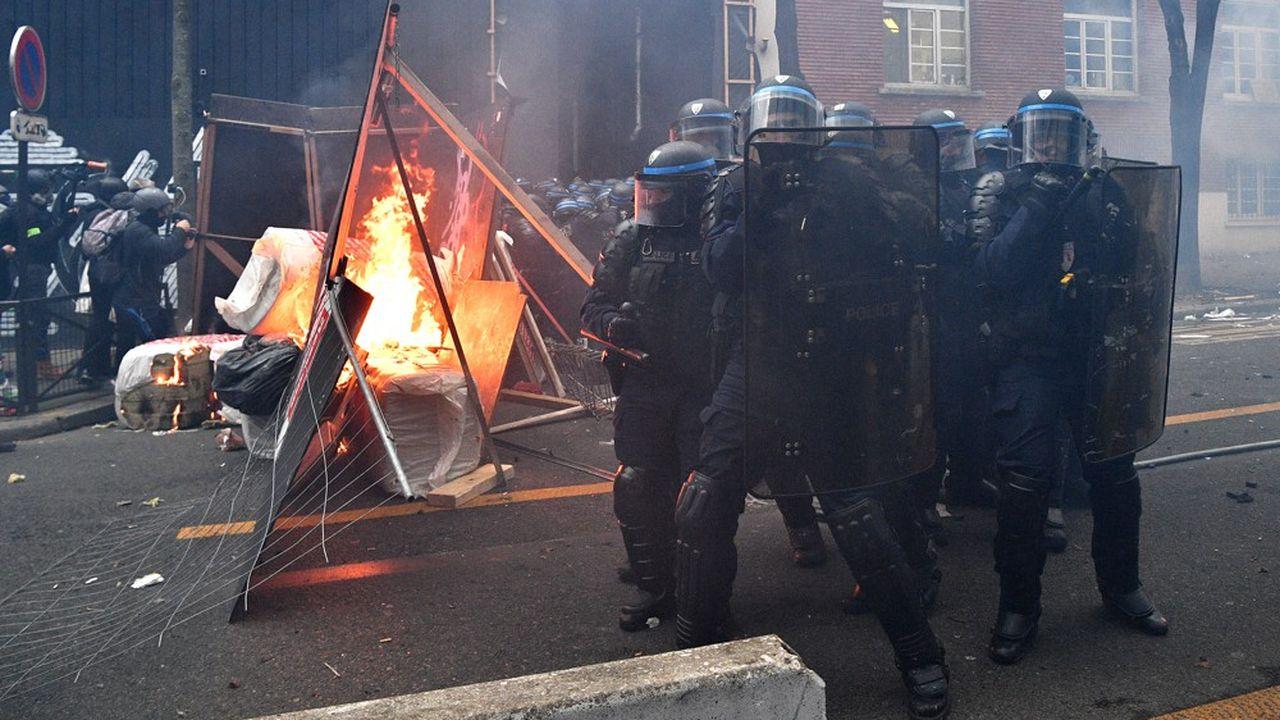 Des incidents ont éclaté samedi à Paris lorsque des centaines de personnes cagoulées ont lancé des projectiles sur la police anti-émeute, brisé des vitrines et incendié des voitures.