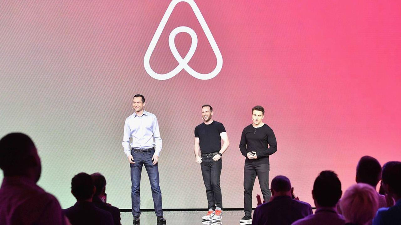 Les trois fondateurs d'Airbnb, Nathan Blecharczyk, Joe Gebbia et Brian Chesky, lors d'une conférence sur la diversification de la plateforme dans les activités touristiques, en novembre2016, à Los Angeles.