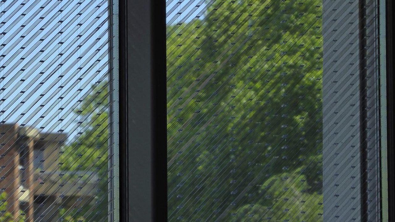 Insérées dans le verre, les lames fixes filtrent les rayons solaires en été, tout en laissant passer la lumière en hiver quand le soleil est plus bas.