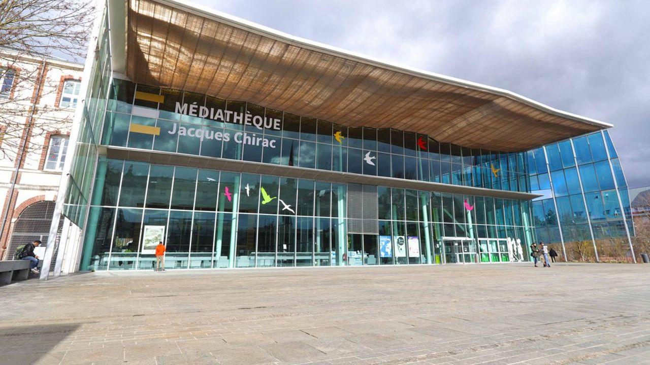 La Médiathèque Jacques Chirac, à Troyes, abrite plus de 400.000 documents, 50.000 ouvrages, dont 1.700 manuscrits du Moyen-Age.