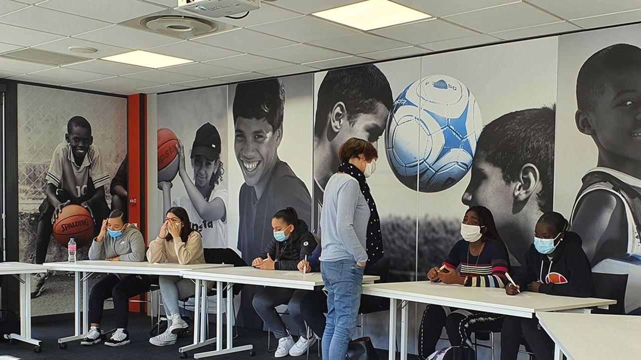 A Lyon, l'association Sport dans la ville aide collégiens et lycéens vulnérables en cette période de crise sanitaire.