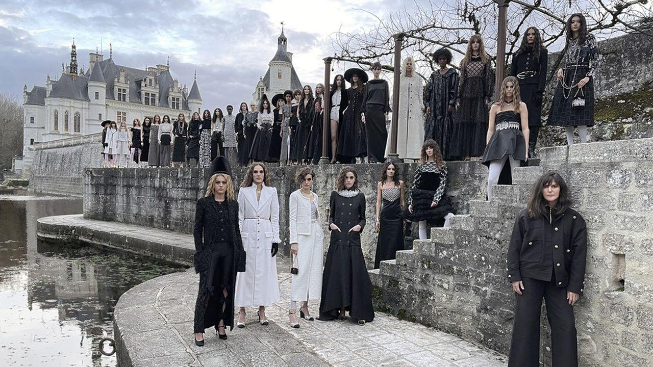 Final du défilé 2020-21 des Métiers d'art de Chanel au château de Chenonceau.