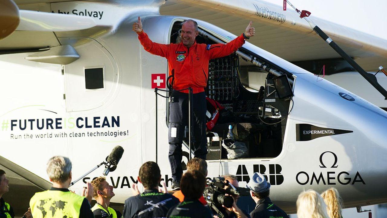 Bertrand Piccard à son arrivée à l'aéroport de Séville, le 23juin 2016, à bord de son avion Solar Impulse.