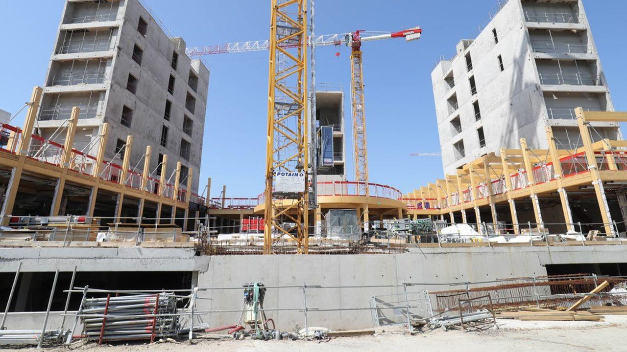 L'an prochain, la construction neuve restera en recul par rapport à la situation d'avant crise sanitaire d'environ 11% pour les logements et de 14% pour l'immobilier tertiaire, estime la FFB.