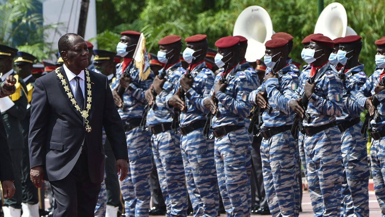 Alassane Ouattara a passé en revue un détachement militaire à l'issue de sa cérémonie d'investiture lundi soir.