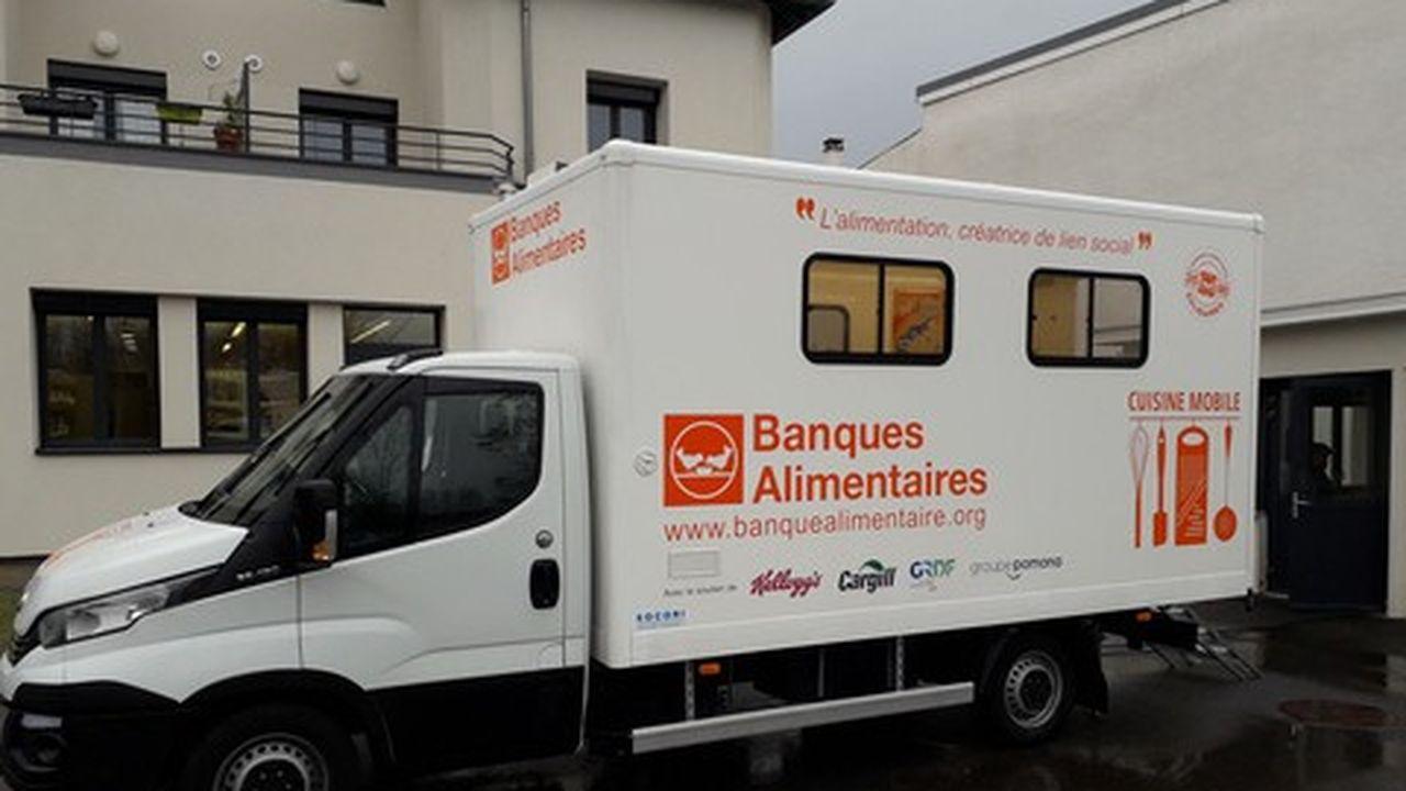 Un camion-cuisine permet d'organiser des ateliers itinérants de sensibilisation à la cuisine saine auprès de populations précaires.