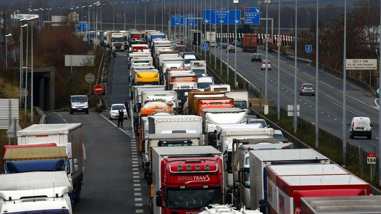 Le trafic de camion sur l'A16 est devenu très chargé en cette fin d'année pour des raisons très diverses.