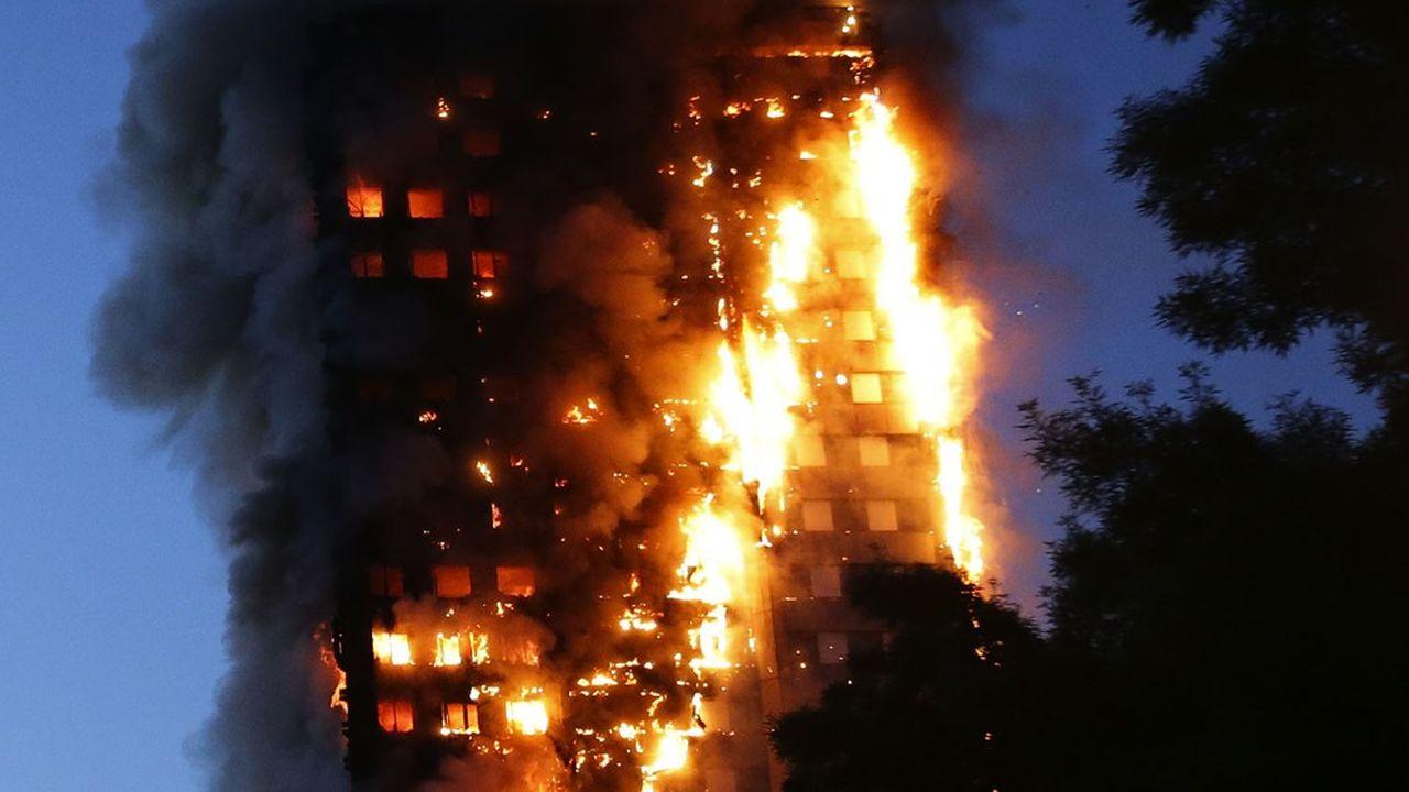 Le 14 juin 2017, la tour de logements sociaux de 4 étages Grenfell, située dans la partie ouest de Londres, s'était embrasée comme une torche du fait de ses panneaux isolants de façade hautement inflammable.