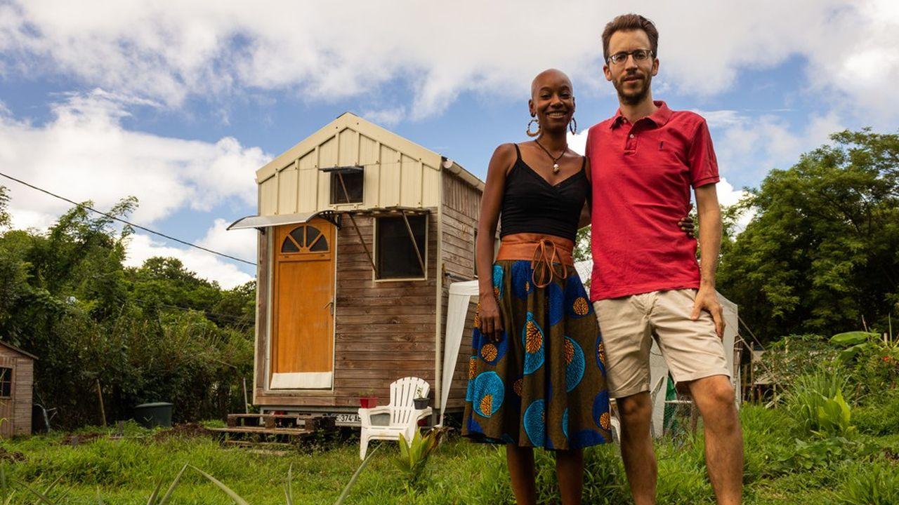 Karen et Yannick vivent à l'année dans une tiny house écolo et auto-construite en Martinique.