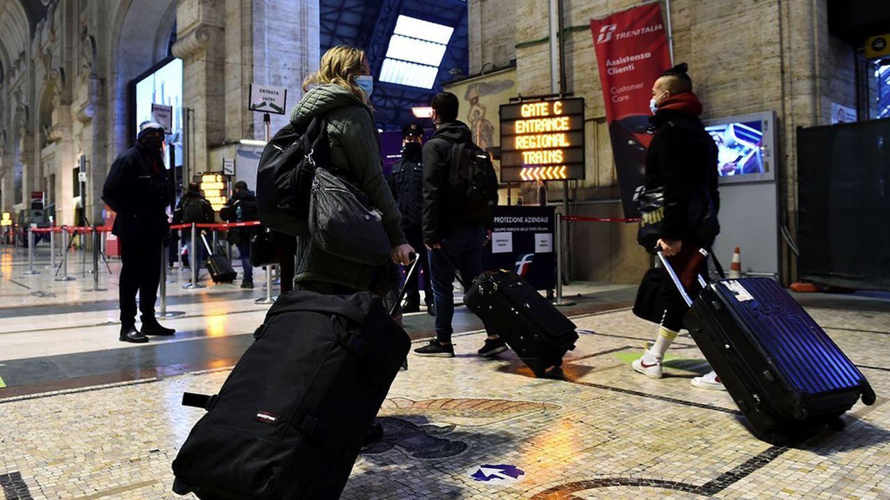 Des Italiens se pressent à la gare de Milan afin de quitter la ville avant l'entrée en vigueur des restrictions de circulation annoncées par le gouvernement italien.