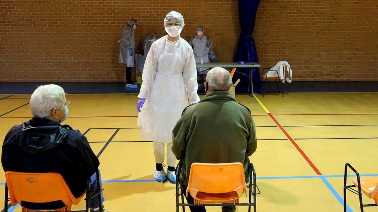Des campagnes massives de tests ont été organisées dans plusieurs villes de France, comme Charleville-Mezières, dans les Ardennes.