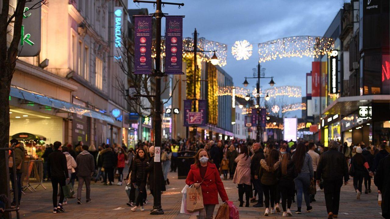 Les Anglais, ici à Newcastle-upon-Tyne, ont pu faire du shopping jusqu'à samedi soir, l'échéance couperet choisie par le premier ministre Boris Johnson pour le début du confinement.