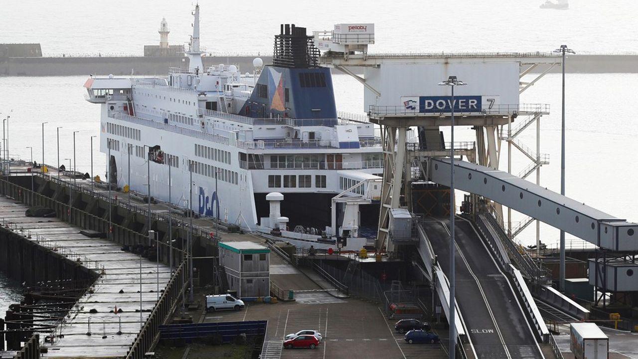Que ce soit par les ferries ou les navettes d'Eurotunnel, le retour des chauffeurs routiers, bloqués outre-Manche, devient urgent. Leur situation se dégrade de jour en jour.