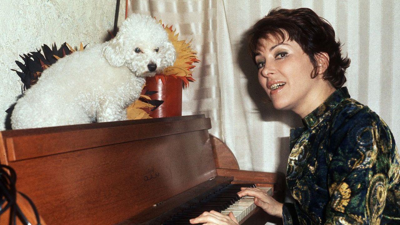 Rika Zaraï posant avec son chien en 1974.