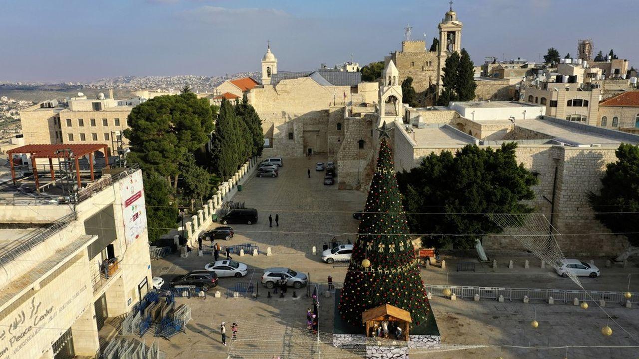 A Bethléem, un immense arbre de Noël, décoré de rubans dorés et d'énormes boules rouges, se dresse majestueux devant l'Eglise de la Nativité.