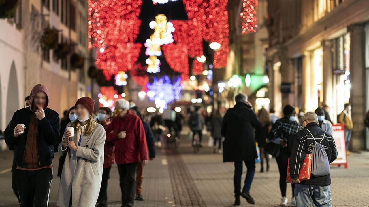 Les rues de Strasbourg étaient bondées lors des jours précédents Noël, de nombreuses personnes s'étant déplacées pour leurs achats de cadeaux.