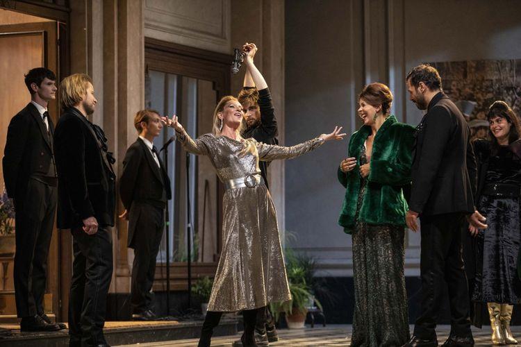 Une soirée proustienne animée par la duchesse de Guermantes (sublime Elsa Lepoivre) dans sa robe argentée.