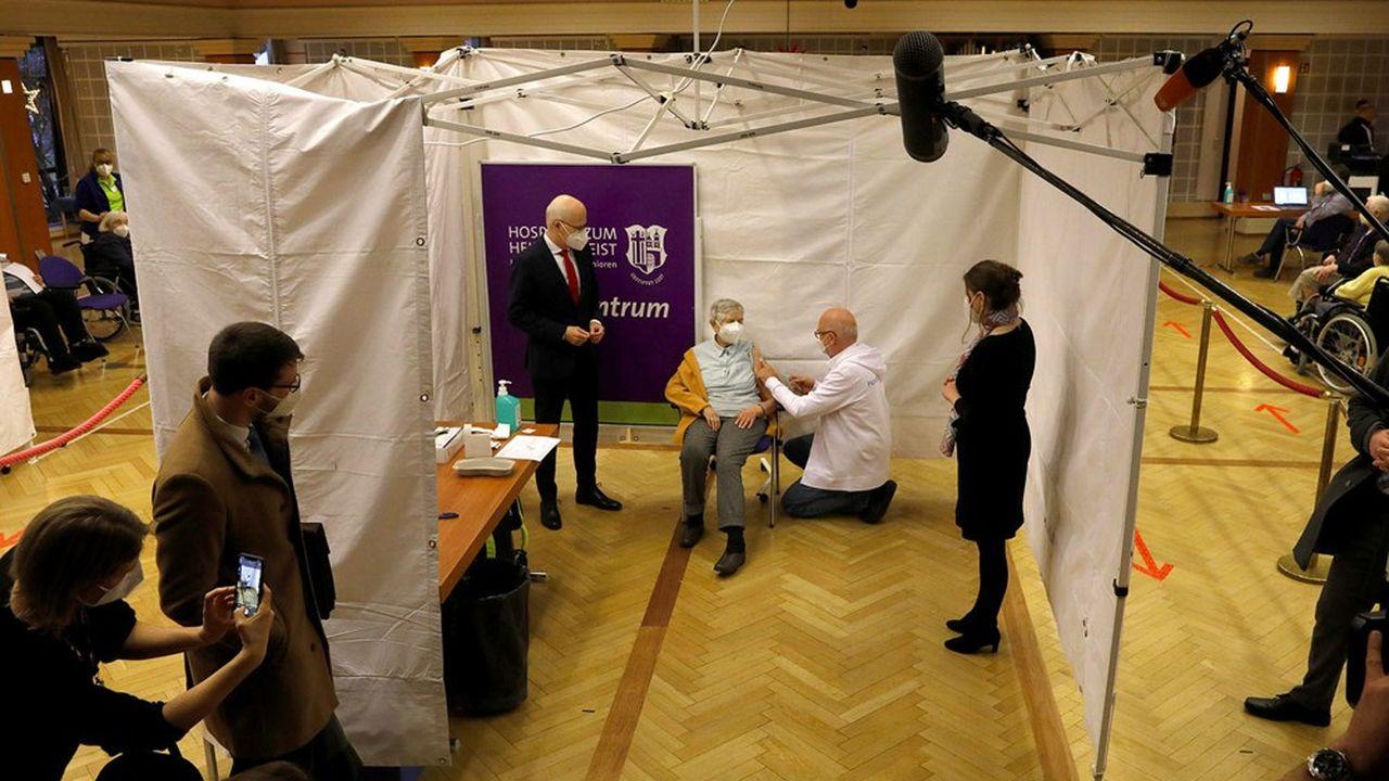 Lespersonnes de plus de 80 ans ou en maison de retraite et le personnel soignant sont les premiers vaccinés contre le Covid en Allemagne depuis ce week-end.