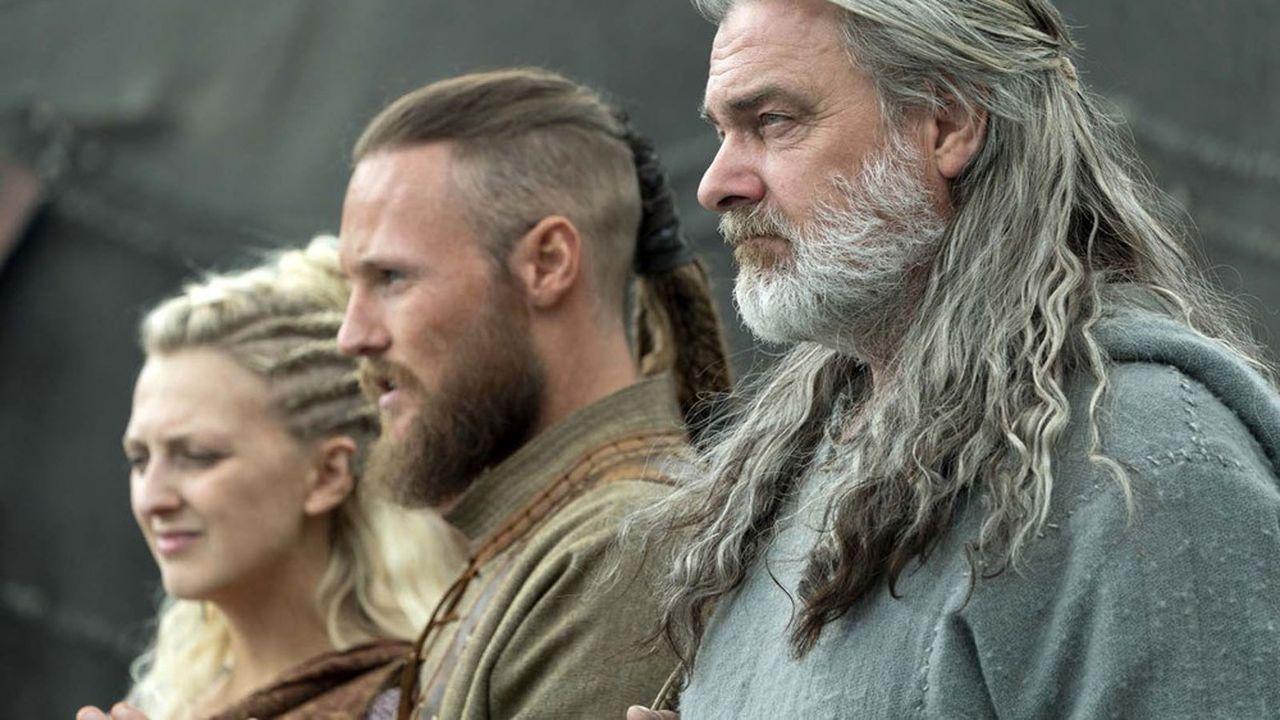 Georgia Hirst (Torvi), Jordan Patrick Smith (Ubbe) et Ray Stevenson (Othere) dans «Viking», saison 6, épisode 12.