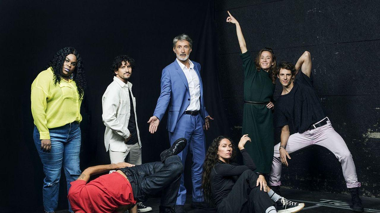 Antoine de Caunes entouré de Lasseindra Ninja, Mehdi Kerkouche, Léo Walk (pied en l'air), Marion Motin, Ludmila Pagliero et Germain Louvet.
