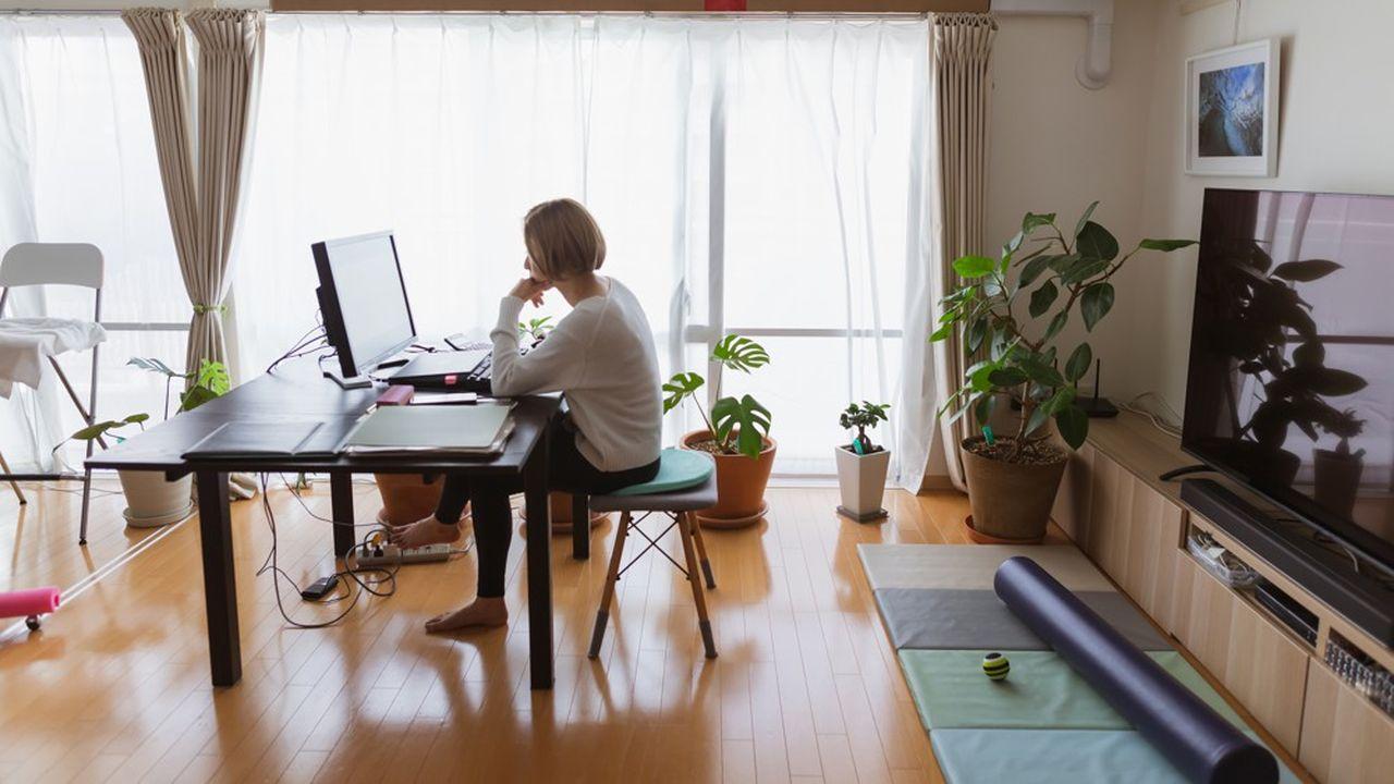 Tous les salariés ne disposent pas d'un espace confortable pour travailler, comme cette salariée. C'est un des motifs invoqués par ceux qui souhaitent revenir, au moins partiellement, en présentiel.