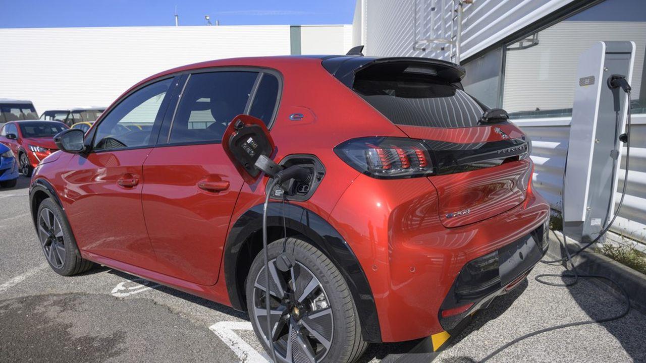 Pour réduire leurs émissions de CO2, les constructeurs font une place de plus en plus large dans leurs gammes aux modèles électrifiés, comme PSA, ici, avec la e-208.
